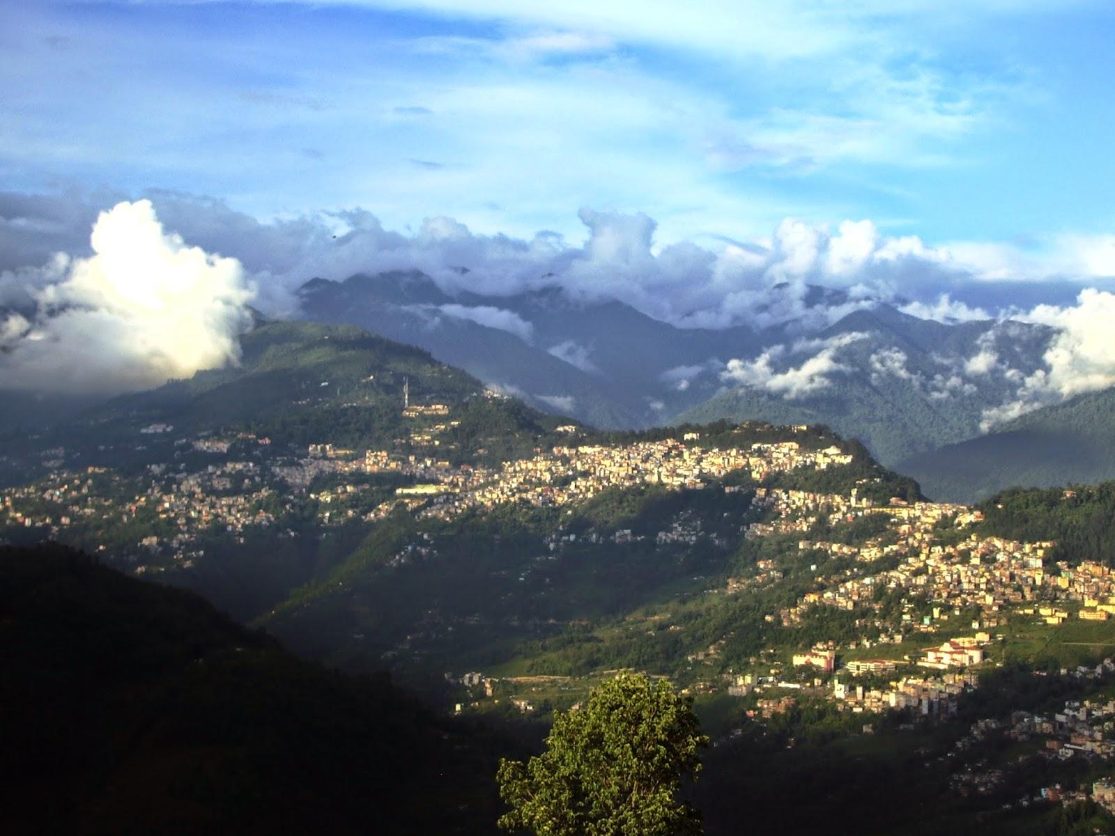 4) vista panoramica di Gangtok, capitale del Sikkim, dal centro di ritiro