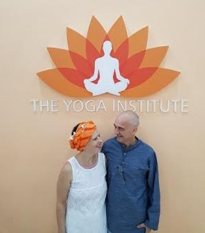 Carlo e Caroline al The Yoga Institute, Mumbai